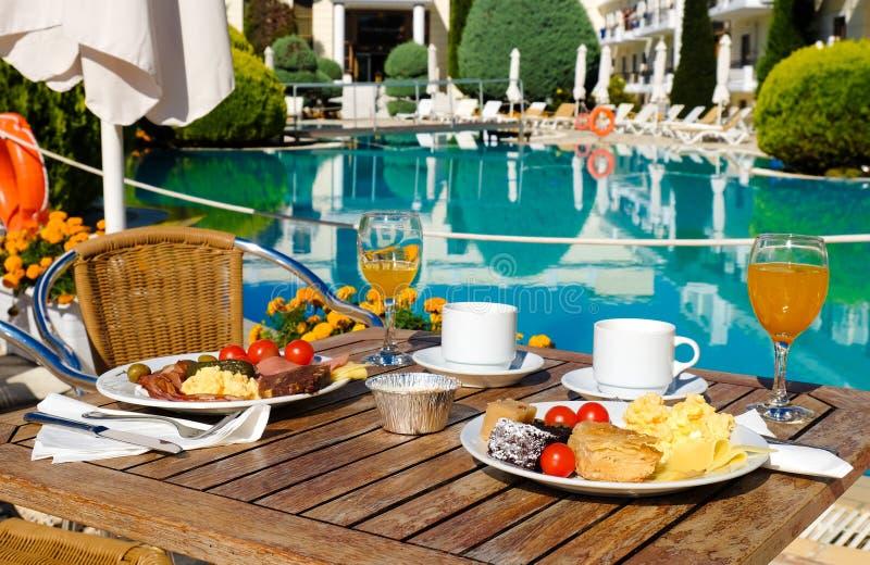 早餐服务靠近水池在标准旅馆,餐馆或 免版税图库摄影