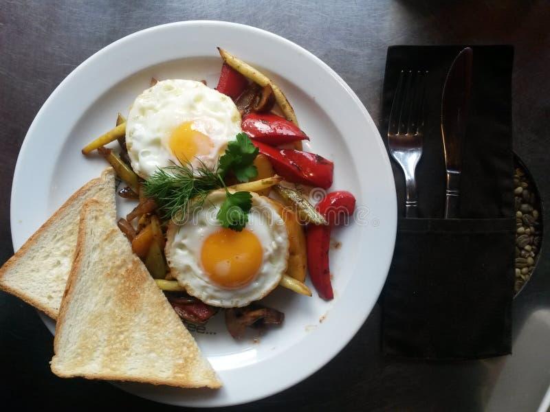 早餐板材用晴朗的鸡蛋 免版税库存照片