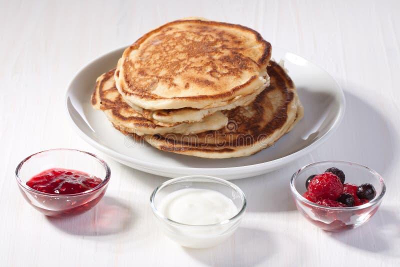 早餐果酱薄煎饼草莓 图库摄影