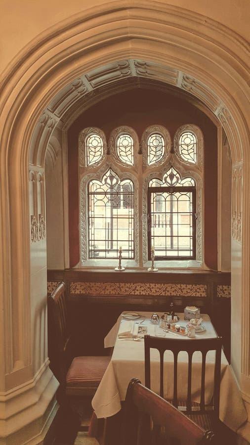 早餐桌在拱道 免版税库存照片