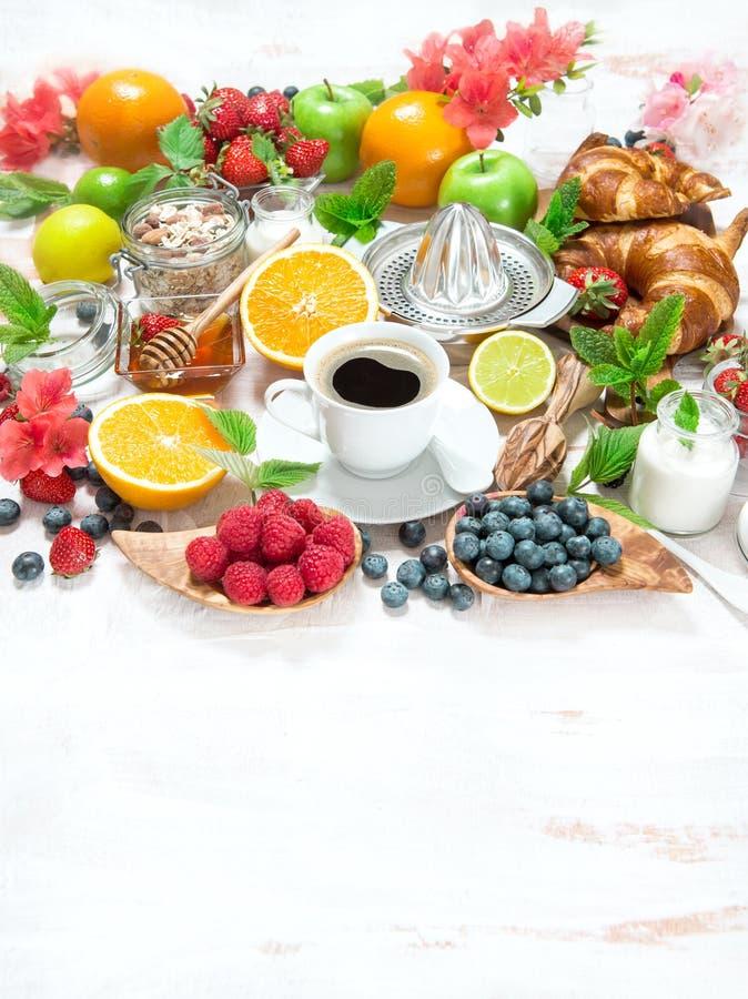 早餐桌设置用咖啡和新月形面包 健康的食物 库存图片
