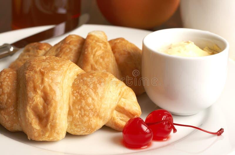 早餐樱桃新月形面包牌照 库存图片