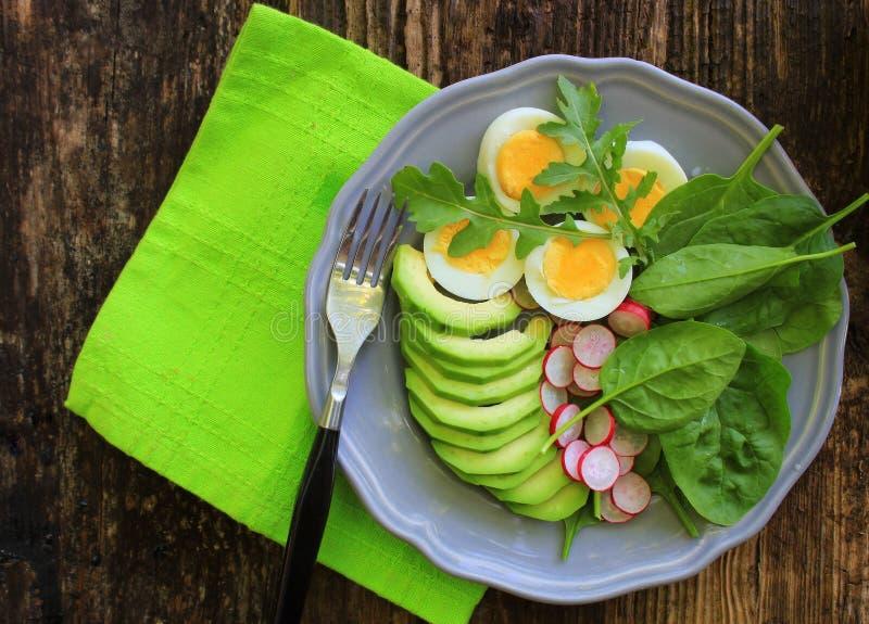 早餐沙拉用萝卜、熟蛋和混合莴苣叶子,菠菜 r 库存照片