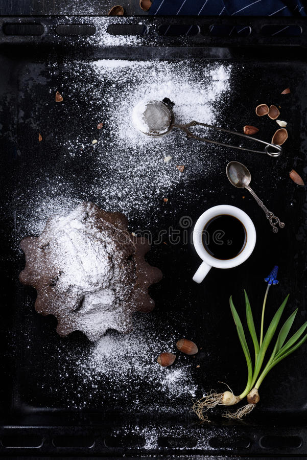 早餐浓咖啡咖啡、巧克力和榛子酥皮点心与 T 免版税库存照片