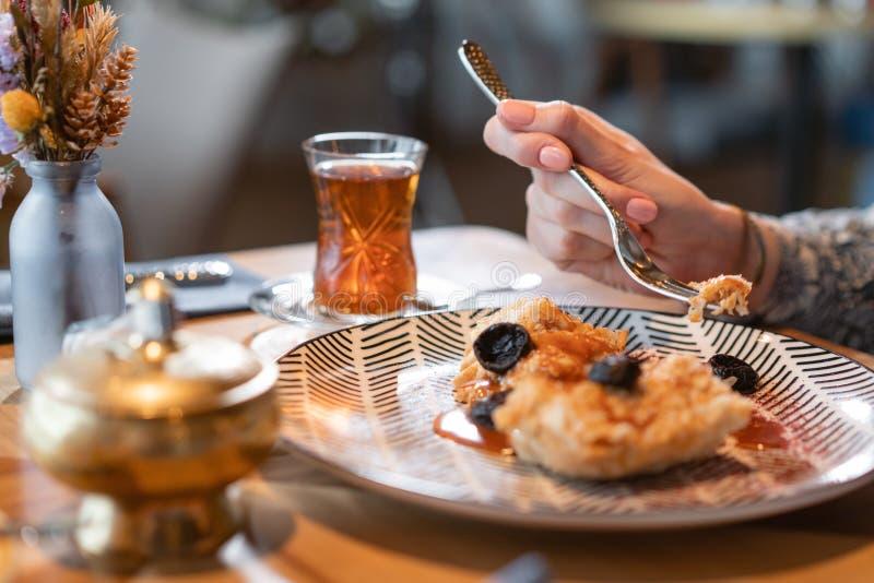 早餐特写镜头、燕麦粥用盐味的焦糖和修剪,在原始的服务 早餐,宜人的早晨, 免版税库存图片