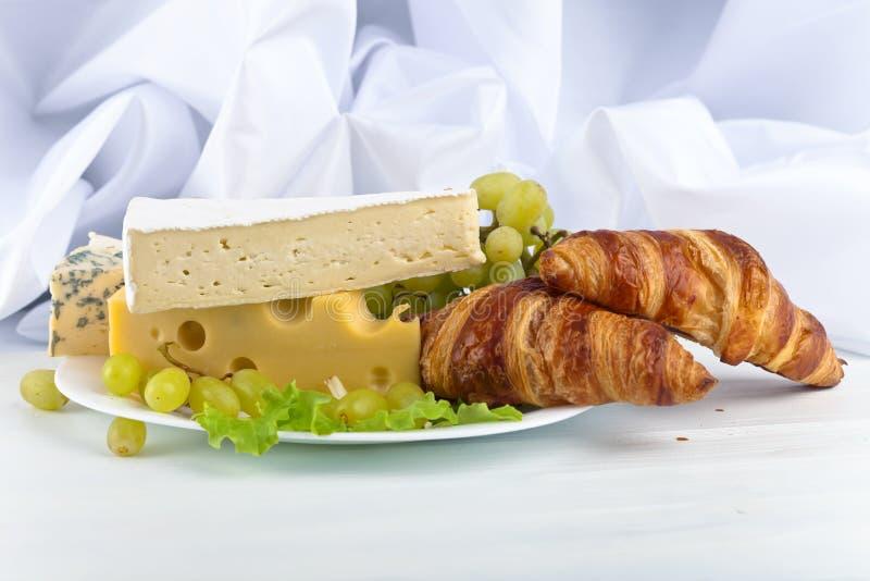 早餐用乳酪和新月形面包 免版税库存图片