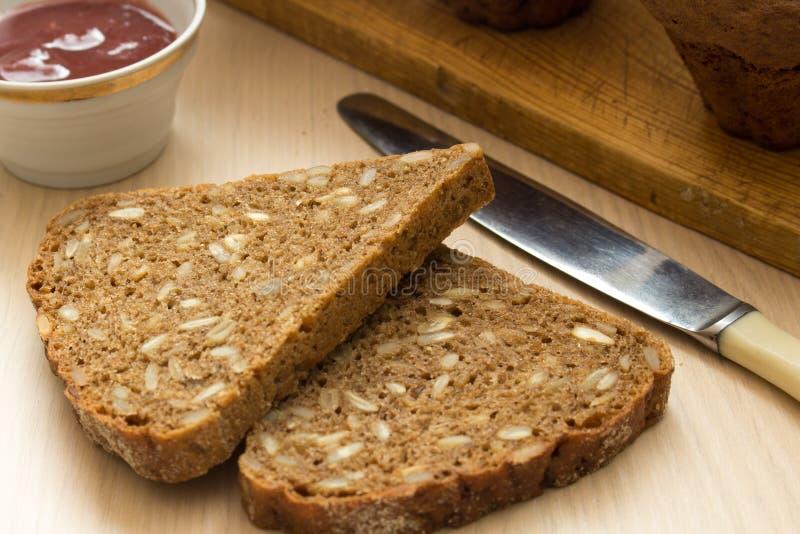 早餐用健康黑面包和被保存的果酱 免版税库存照片
