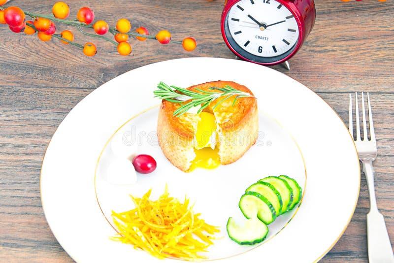 Download 早餐用在方旦糖长方形宝石的鸡蛋 库存照片. 图片 包括有 早晨, 健康, 巴西, 黄瓜, 鸡蛋, 橙色, 叉子 - 62529566