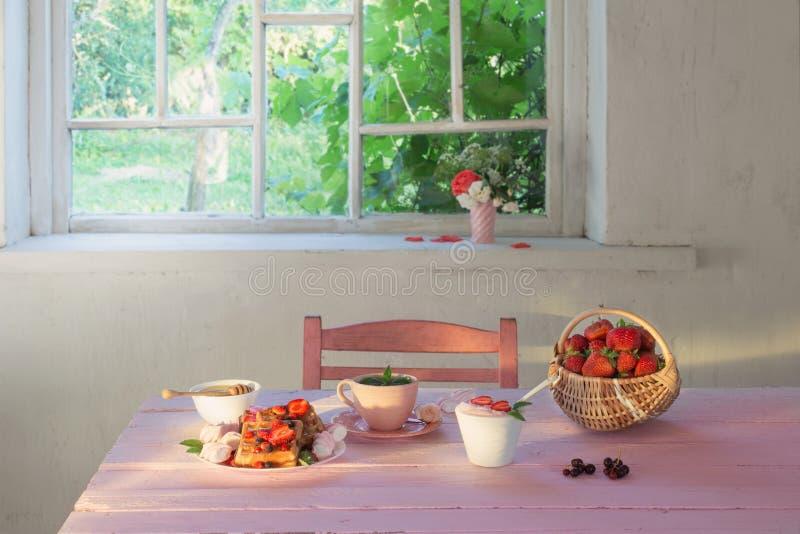 早餐用在桃红色木桌上的草莓 库存照片