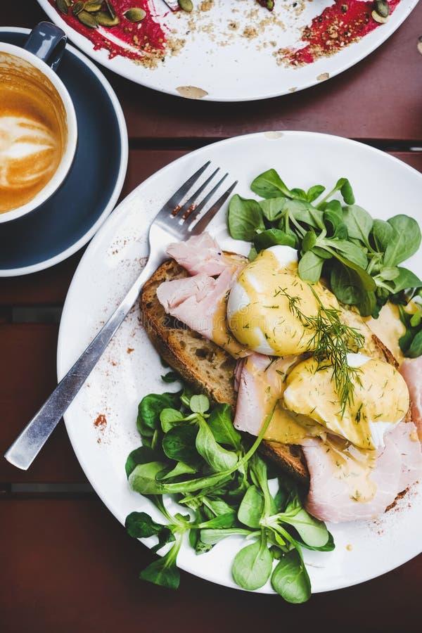 早餐用在面包的荷包蛋用沙拉和火腿 免版税库存照片