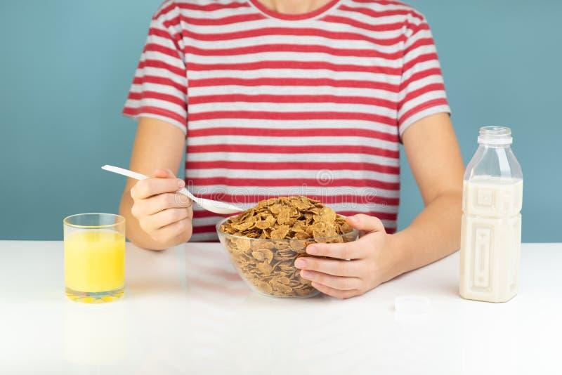 早餐用整个五谷谷物、牛奶和汁液 免版税库存照片