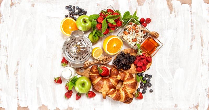 早餐用新月形面包muesli新鲜的莓果 健康f 库存照片