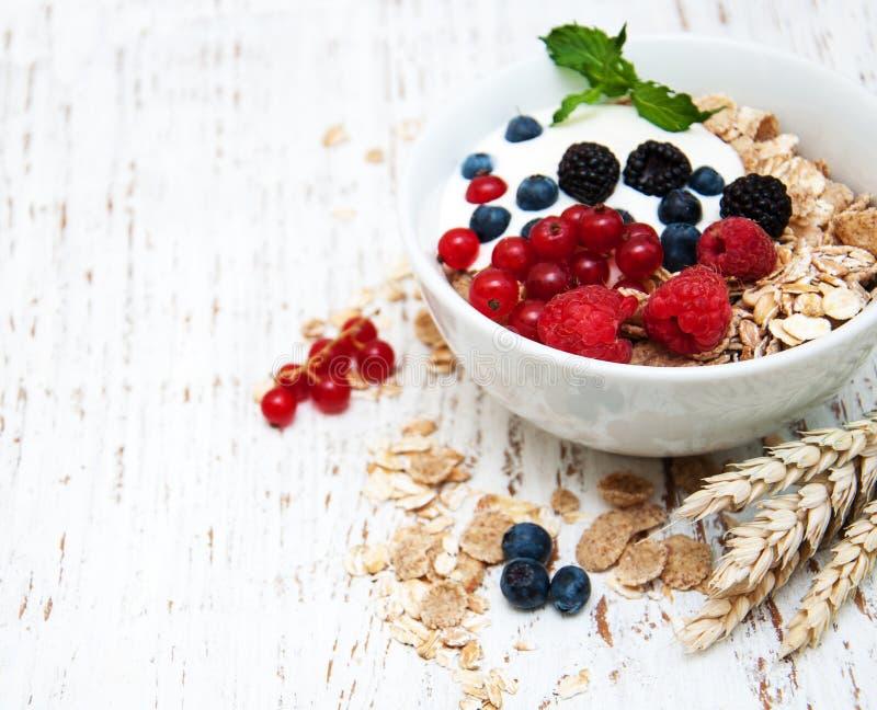 早餐用新鲜的莓果 免版税库存图片