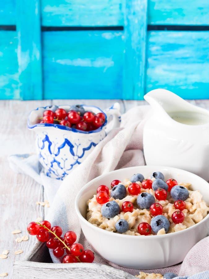 早餐用燕麦粥粥和蓝莓 图库摄影