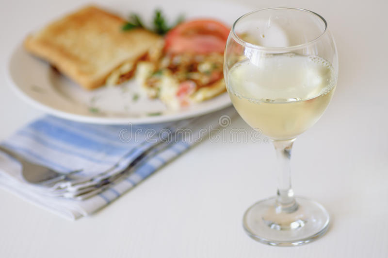 早餐用白葡萄酒 库存图片
