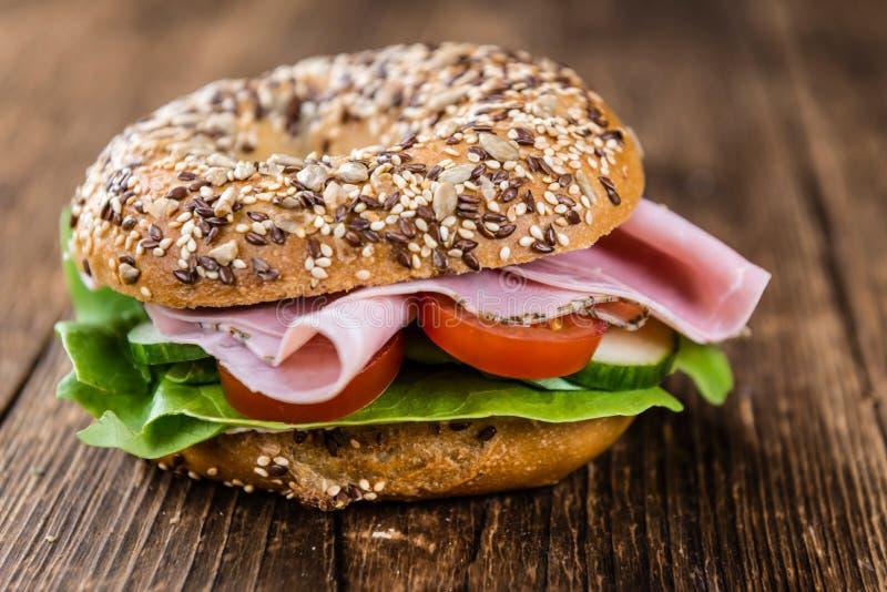 Download 早餐百吉卷(用火腿;选择聚焦) 库存照片. 图片 包括有 外壳, baiter, 膳食, 自创, 小圆面包 - 72374272