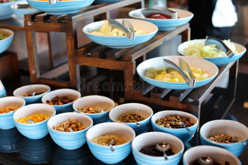 早餐自助餐在一家热带度假旅馆在巴厘岛印度尼西亚,豪华旅馆在亚洲 免版税库存照片