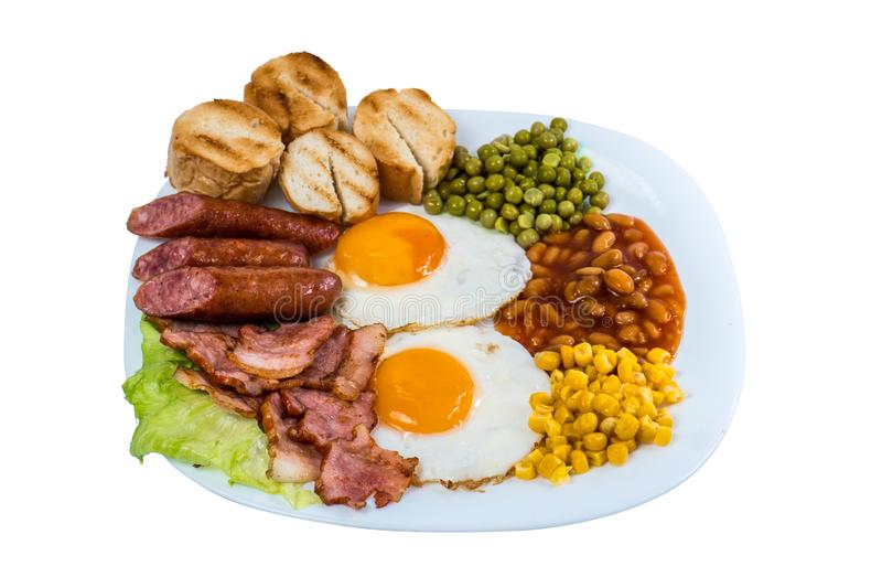 早餐荷包蛋豌豆,玉米五谷,豆油煎了香肠并且油煎了在一块白色板材的烟肉 免版税库存照片