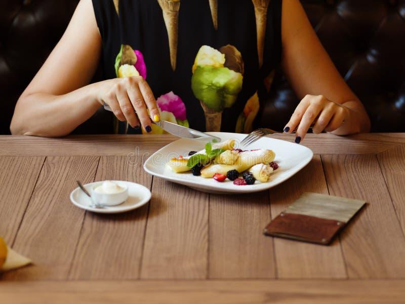 早餐薄煎饼 乳脂状的薄煎饼板材用在a的莓果 库存照片