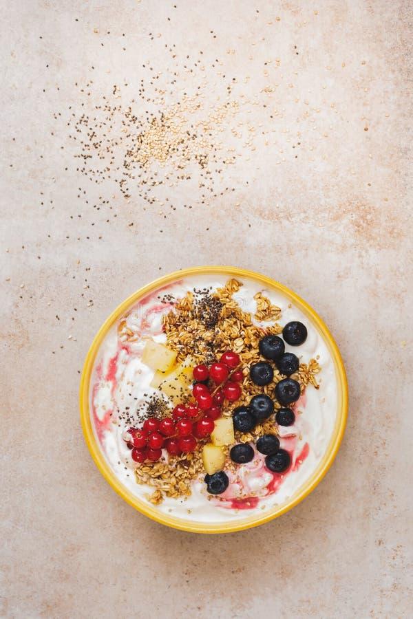 早餐谷物碗用新鲜水果和chia种子 免版税库存图片