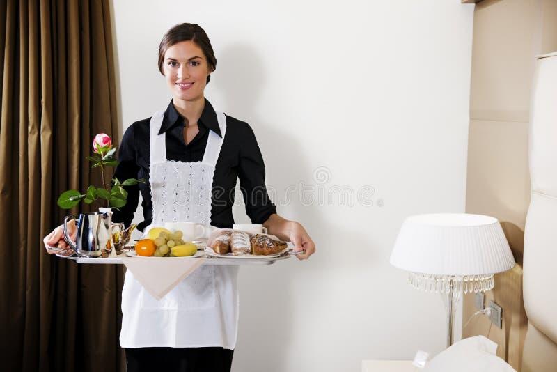早餐运载的佣人盘 免版税库存图片