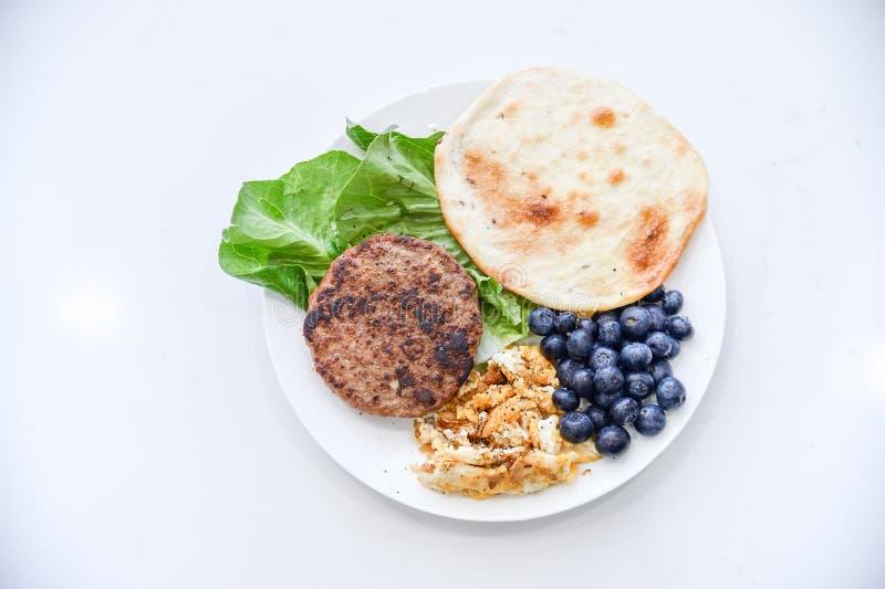 早餐集合,牛肉,煎蛋卷,蓝莓,菜,稀薄的薄煎饼 免版税库存图片