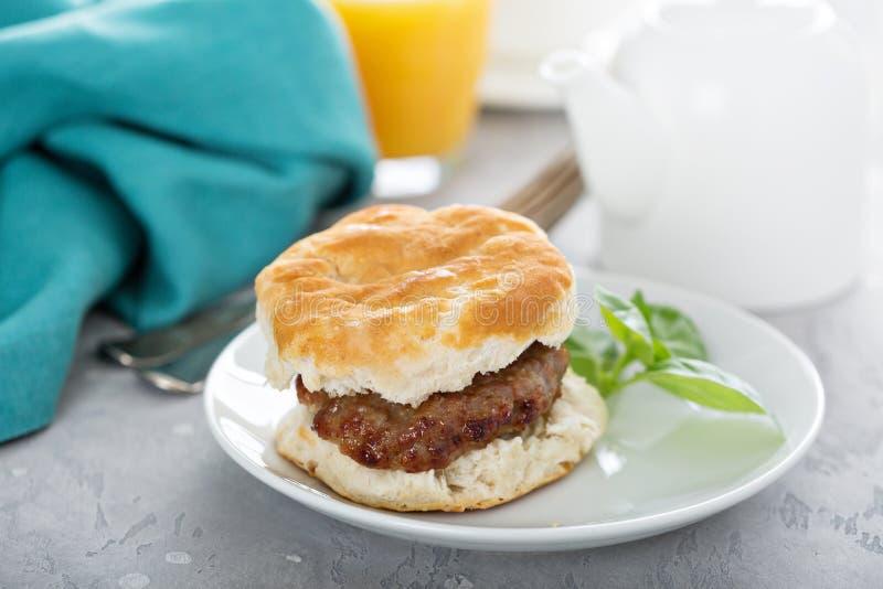早餐饼干用香肠 免版税图库摄影