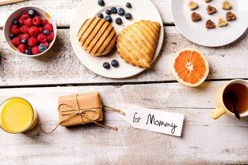 早餐,母亲节构成 与标记,演播室射击的礼物 图库摄影