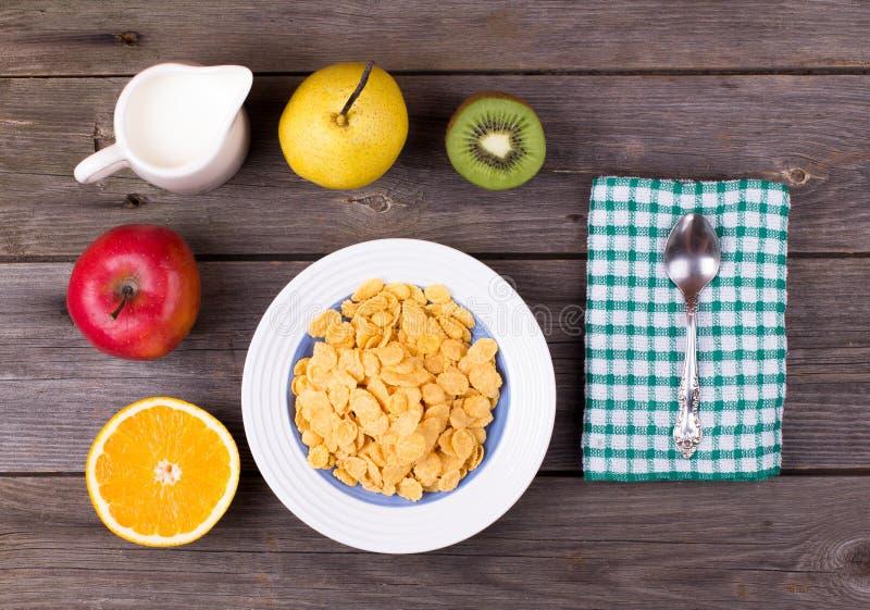 早餐:在板材,在水罐的牛奶的剥落 库存照片