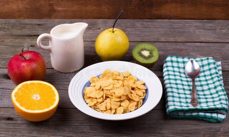 早餐:在板材,在水罐的牛奶的剥落 库存图片