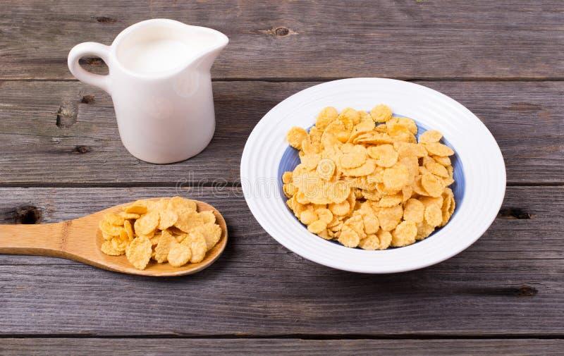 早餐:在板材,在水罐的牛奶的剥落 免版税图库摄影