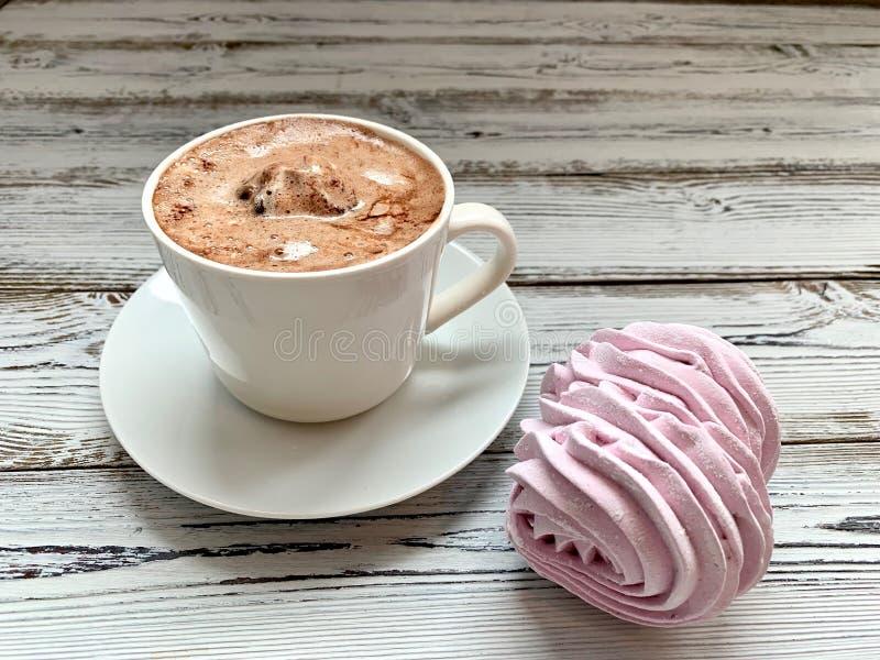 早餐:热咖啡和桃红色,莓蛋白软糖 免版税库存照片