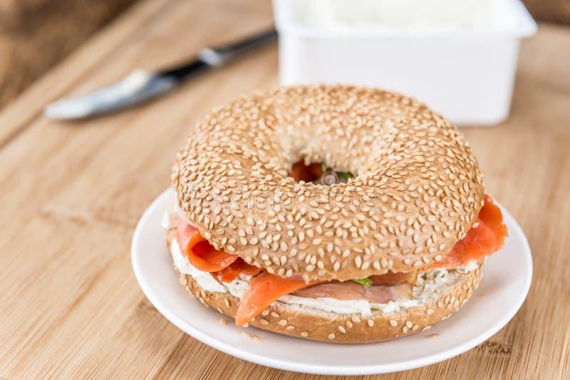 Download 早餐(与三文鱼的百吉卷) 库存照片. 图片 包括有 健康, 细菌学, 金黄, 谷物, 外壳, 无格式, 部分 - 72373868