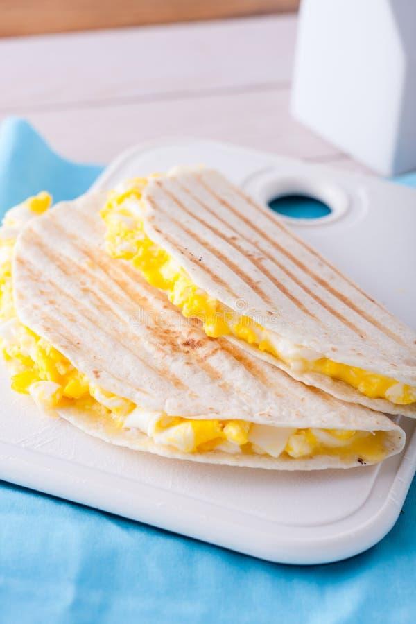 早餐-两个玉米粉薄烙饼或套用鸡蛋和 免版税图库摄影