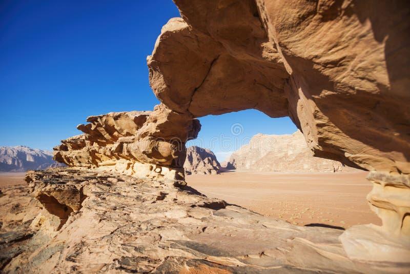 旱谷Ram沙漠石头桥梁 约旦风景 曲拱岩石 库存图片
