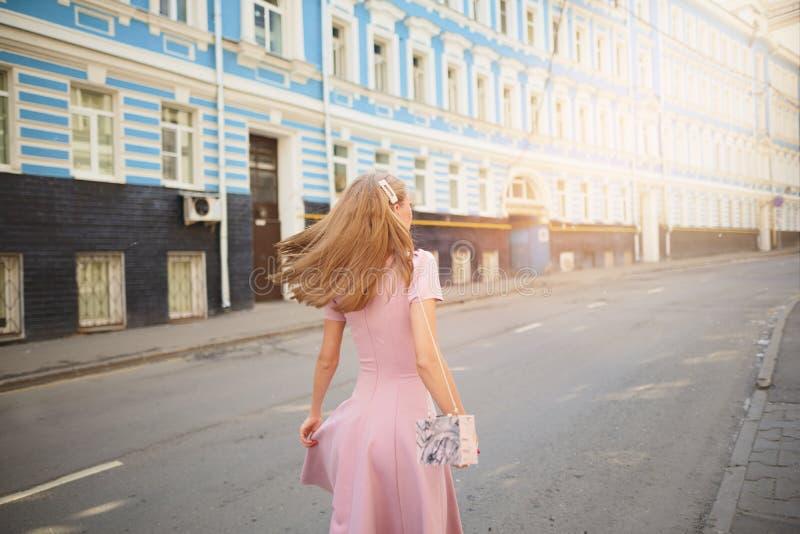 时兴地打扮了在小镇的街道上的妇女,购物的概念 免版税库存照片