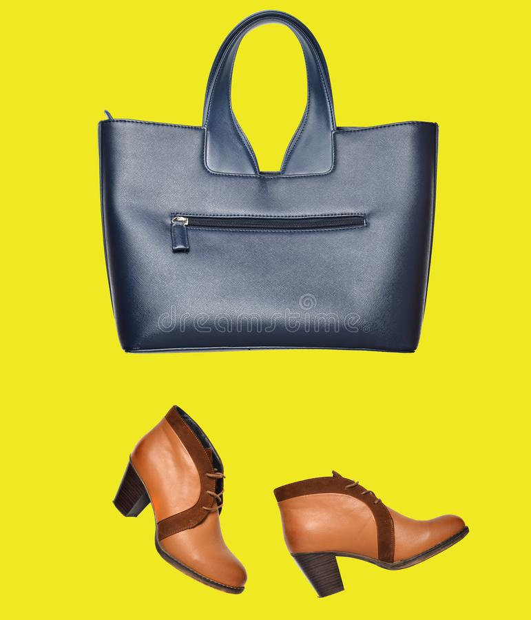 时兴的在黄色背景隔绝的皮靴和袋子 Let& x27;s去购物!简单派 库存图片