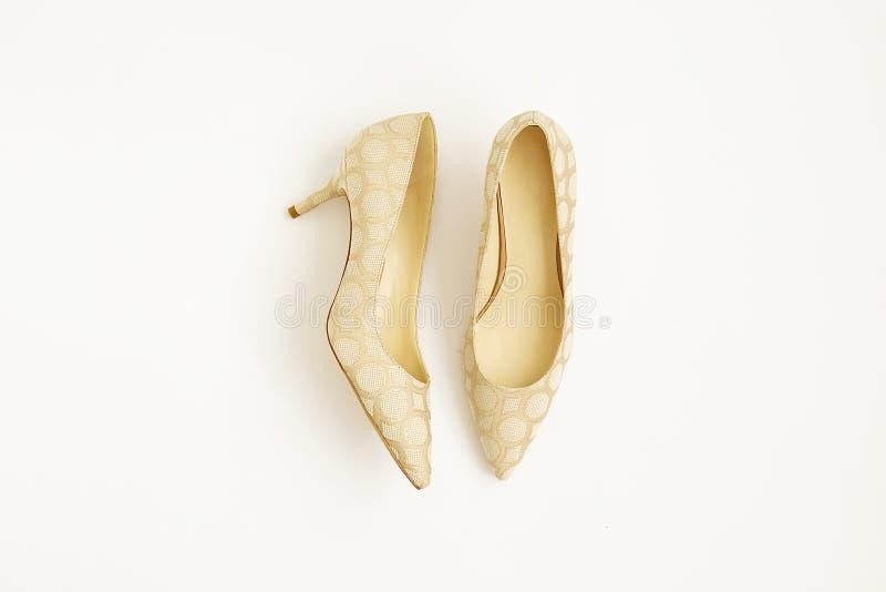 时兴的媒介停顿了妇女` s皮革在白色隔绝的楔子鞋子 图库摄影