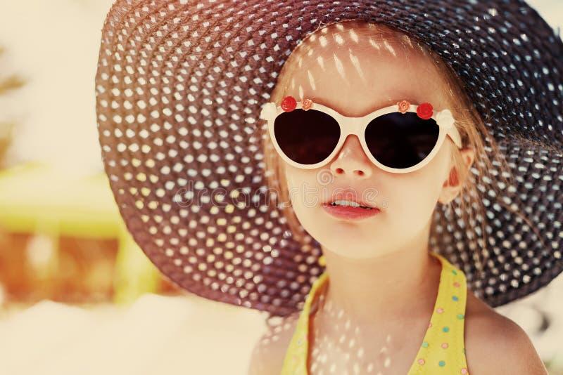 时兴的帽子的逗人喜爱的女孩 孩子的画象 定调子 免版税库存图片