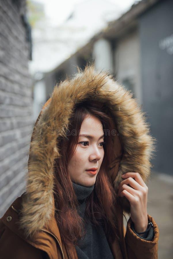 时兴的年轻亚裔妇女在时尚冬天穿衣 免版税库存照片