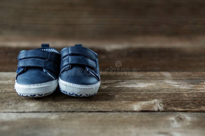 时兴的现代儿童的鞋子 关心,孩子,母性的概念 库存照片