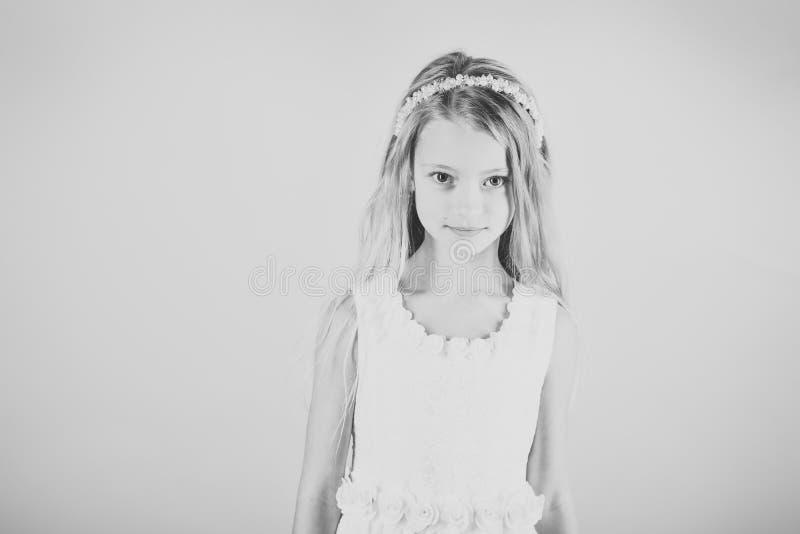 时兴的礼服的,正式舞会小女孩 时髦的魅力礼服的,高雅儿童女孩 在桃红色背景的时装模特儿 免版税库存照片