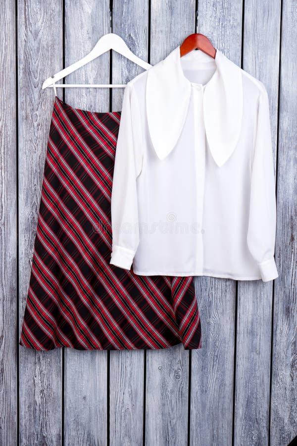 时兴的秋天妇女` s衣物成套装备 免版税库存图片