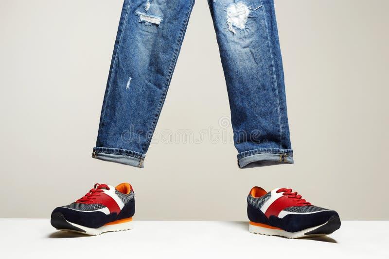 时兴的运动鞋和牛仔裤集合 库存照片