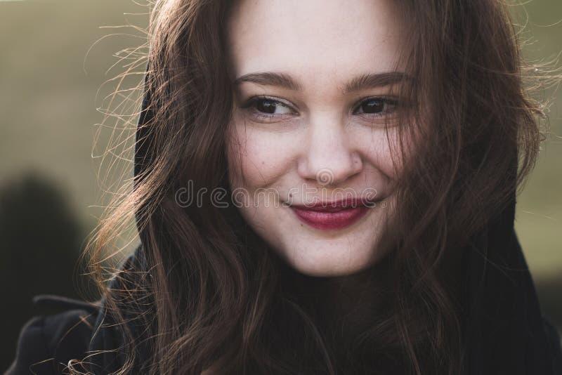 时兴,端庄的妇女微笑室外 库存图片