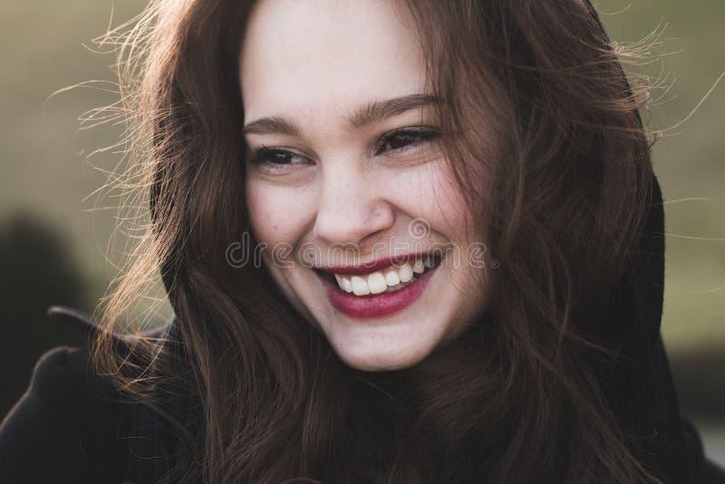 时兴,端庄的妇女微笑室外 免版税库存图片