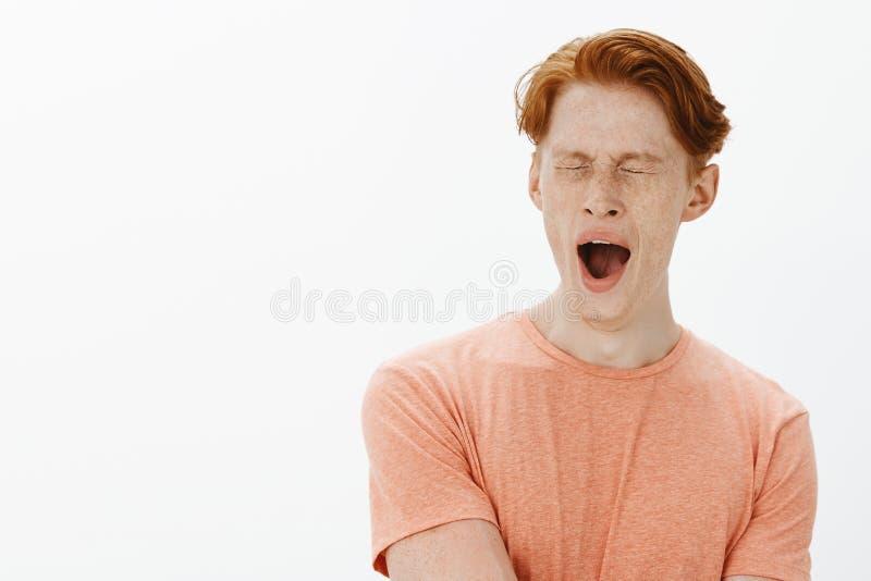 时刻供住宿,人不是党人 演播室射击了困逗人喜爱的有雀斑的红头发人年轻人在偶然桔子t 免版税图库摄影