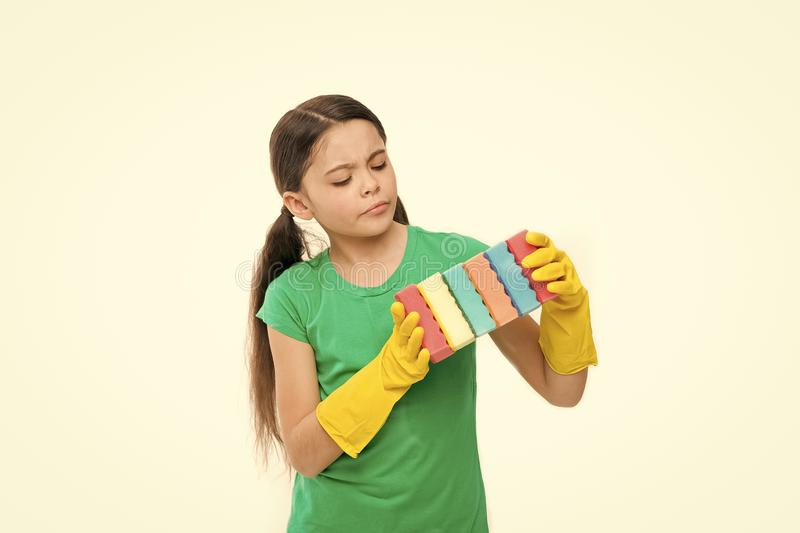 时刻劫掠新的 可爱的厨房佣人 在橡胶手套的小管家藏品盘海绵 一点佣人 免版税库存照片