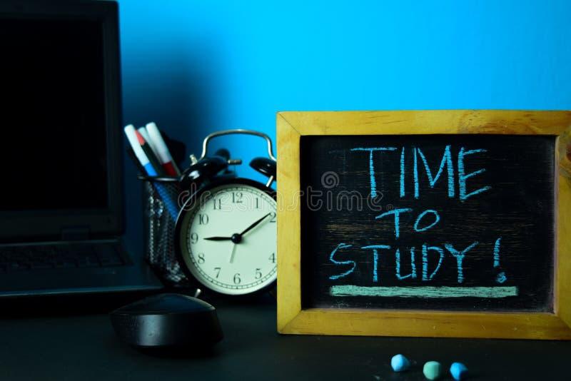时刻学习!在工作表背景的计划与办公用品的 免版税图库摄影