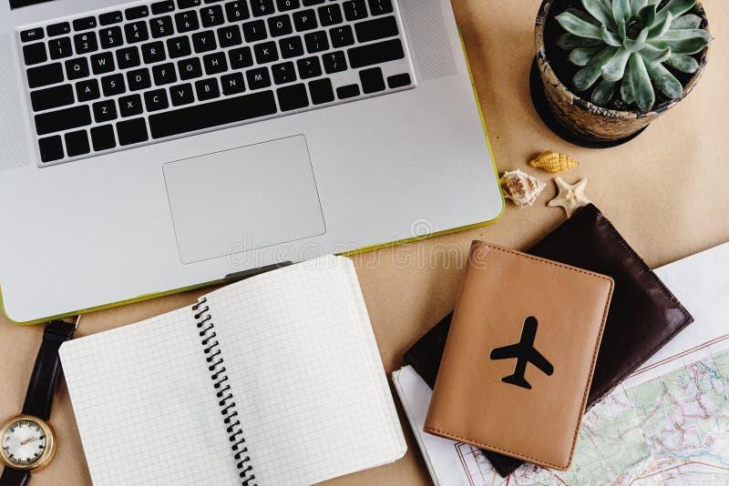 时刻计划旅行概念、时髦的笔记本地图和护照o 免版税库存照片